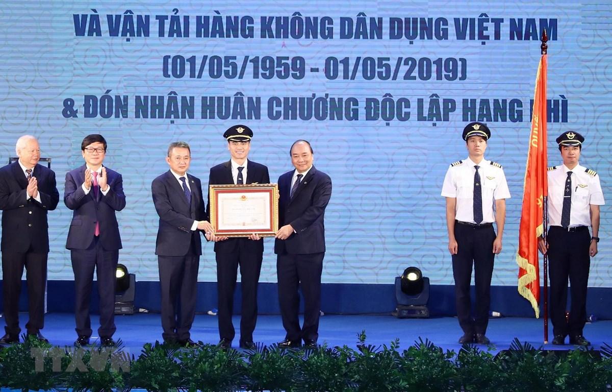 Thủ tướng Nguyễn Xuân Phúc trao Huân chương Độc lập hạng Nhì của Chủ tịch nước cho lãnh đạo Đoàn bay 919 (Tổng công ty Hàng không Việt Nam - Vietnam Arlines). (Ảnh: Thống Nhất/TTXVN)