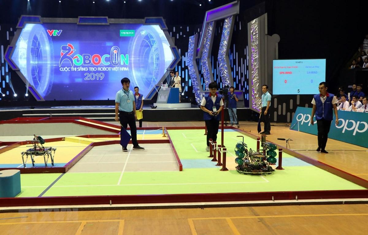 Đội LH-WAO của Đại học Lạc Hồng điều khiển robot bằng tay (robot đưa tin 1) vượt các chướng ngại vật. (Ảnh: Mạnh Tú/TTXVN)
