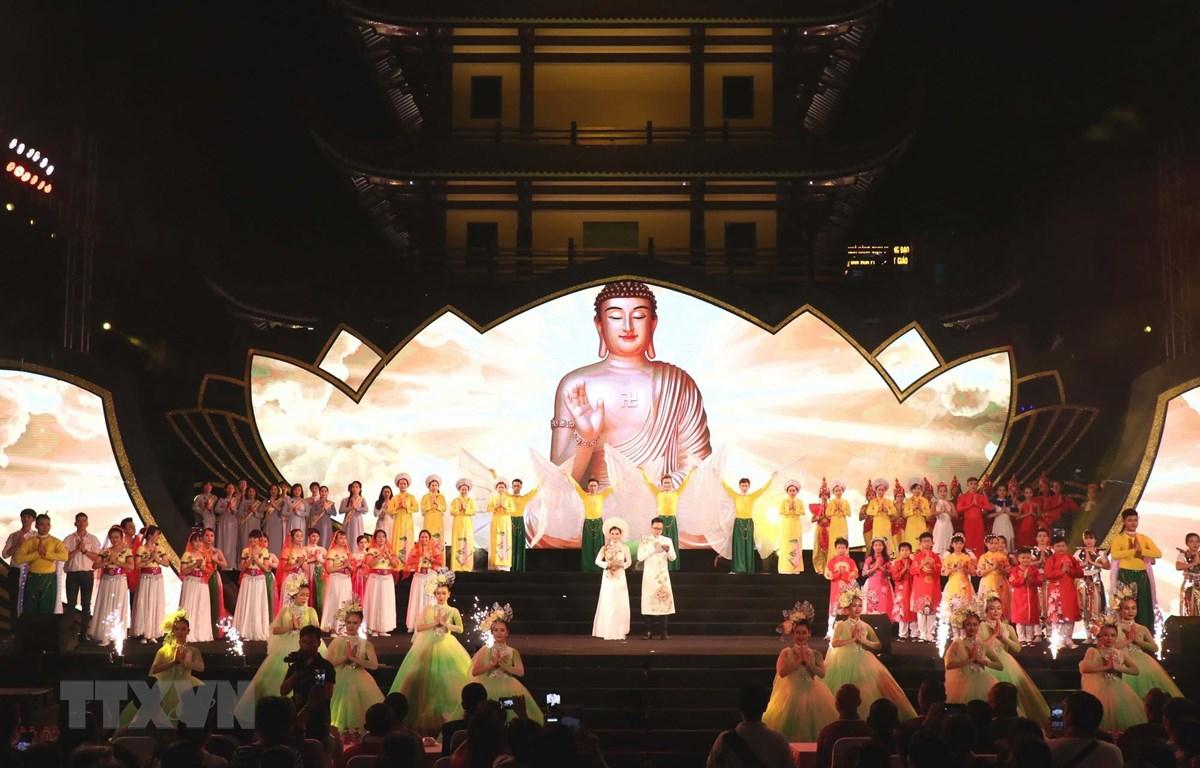 Tiết mục nghệ thuật trong Chương trình Đại nhạc hội 'Đóa Sen thiêng' chào mừng Đại lễ Phật đản Liên hợp quốc - Vesak 2019. (Ảnh: Xuân Khu/TTXVN)
