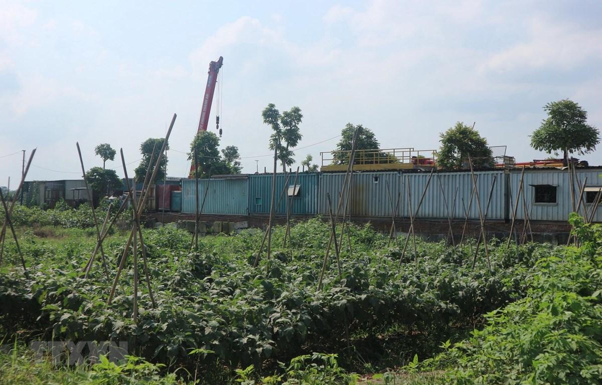 Đất nông nghiệp ở xã Song Phương, huyện Hoài Đức, Hà Nội bị sử dụng sai mục đích. (Ảnh Mạnh Khánh/TTXVN)