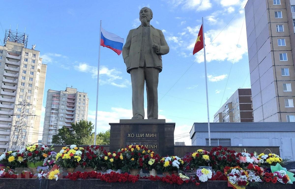 Tượng đài Bác Hồ ở quảng trường mang tên Bác ở thành phố Ulianovsk - quê hương của Lenin. (Ảnh: Tâm Hằng/TTXVN)