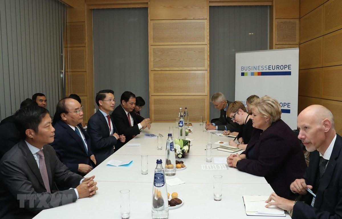 Thủ tướng Nguyễn Xuân Phúc gặp song phương Thủ tướng Na Uy Erna Solberg bên lề Hội nghị Cấp cao Á-Âu lần thứ 12 (ASEM 12) tại Bỉ năm 2018. (Ảnh: Thống Nhất/TTXVN)
