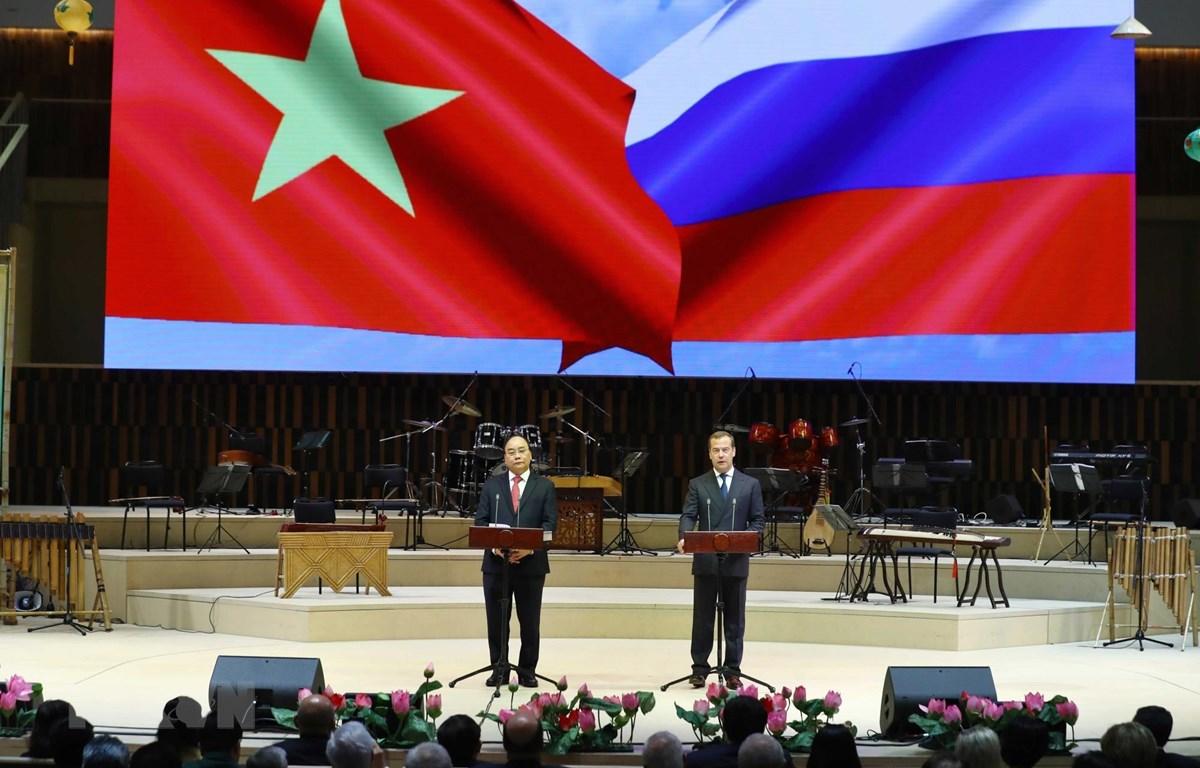 Thủ tướng Nguyễn Xuân Phúc và Thủ tướng Dmitri Medvedev phát biểu tại Lễ khai mạc Năm chéo Việt Nam-Liên bang Nga. (Ảnh: Thống Nhất/TTXVN)