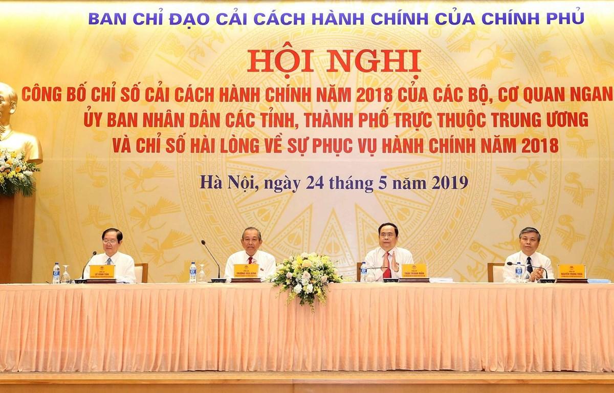 Ông Trương Hòa Bình, Ủy viên Bộ Chính trị, Phó Thủ tướng Thường trực Chính phủ, Trưởng ban Chỉ đạo cải cách hành chính của Chính phủ và các đại biểu chủ trì hội nghị. (Ảnh: Doãn Tấn/TTXVN)