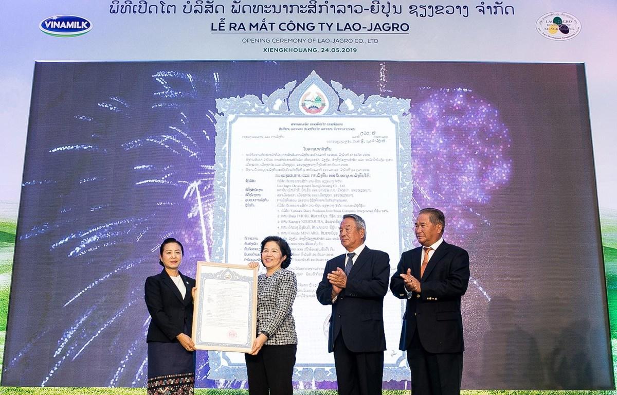 Ban lãnh đạo Công ty Lao-Jagro chính thức nhận giấy chứng nhận đầu tư do Bộ Kế hoạch và Đầu tư Lào cấp. (Nguồn: Vinamilk)