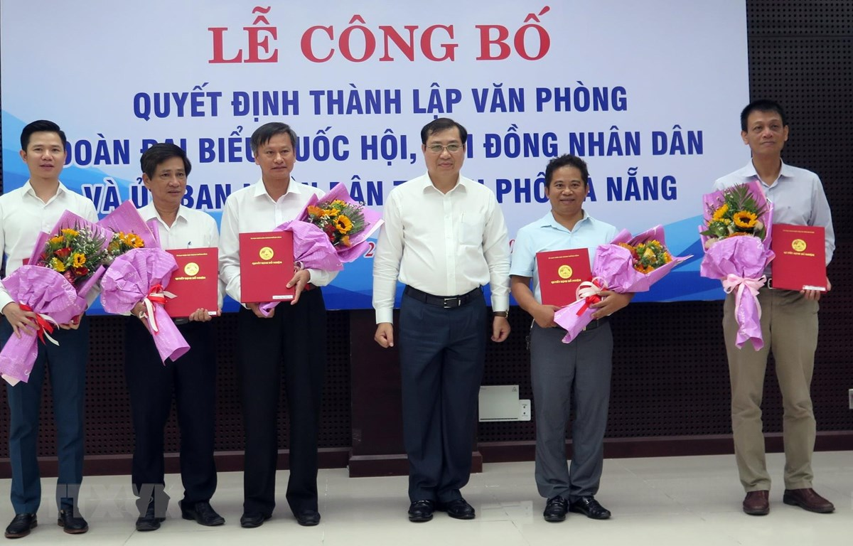 Chủ tịch UBND thành phố Đà Nẵng Huỳnh Đức Thơ trao Quyết định thành lập và bổ nhiệm chức danh lãnh đạo Văn phòng. (Ảnh: Nguyễn Sơn/TTXVN)