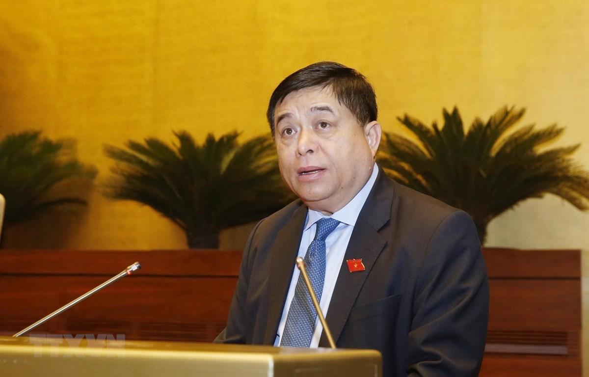 Bộ trưởng Bộ Kế hoạch và Đầu tư Nguyễn Chí Dũng trình bày Tờ trình Tờ trình về phân bổ, sử dụng nguồn dự phòng Kế hoạch đầu tư công trung hạn giai đoạn 2016-2020. (Ảnh: Lâm Khánh/TTXVN)