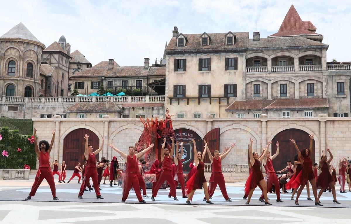Trình diễn chương trình nghệ thuật quốc tế 'Vũ hội Ánh dương' tại Đà Nẵng. (Ảnh: Trần Lê Lâm/TTXVN)