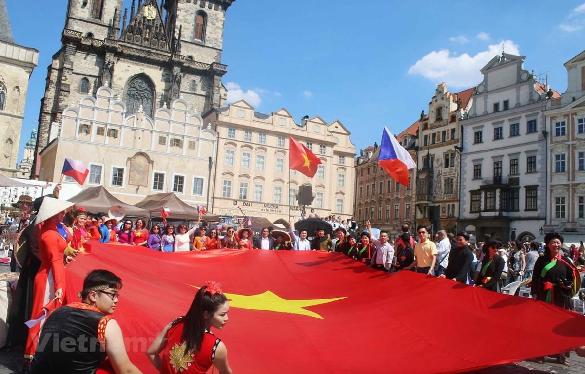 Quốc kỳ Việt Nam trên Quảng trường Phố cổ Prague. (Ảnh: Trần Hiếu/Vietnam+)