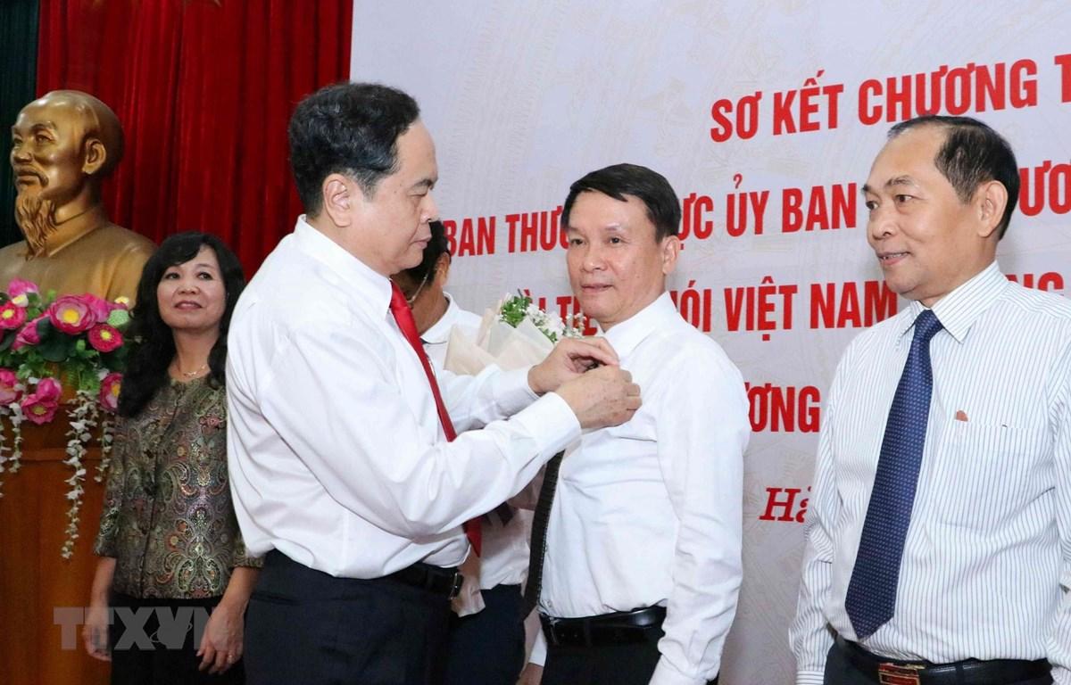 Ông Trần Thanh Mẫn, Bí thư Trung ương Đảng, Chủ tịch Ủy ban Trung ương MTTQ Việt Nam trao tặng Kỷ niệm chương 'Vì sự nghiệp Đại đoàn kết dân tộc' cho ông Nguyễn Đức Lợi, Ủy viên Trung ương Đảng, Tổng Giám đốc TTXVN. (Ảnh: Văn Điệp/TTXVN)