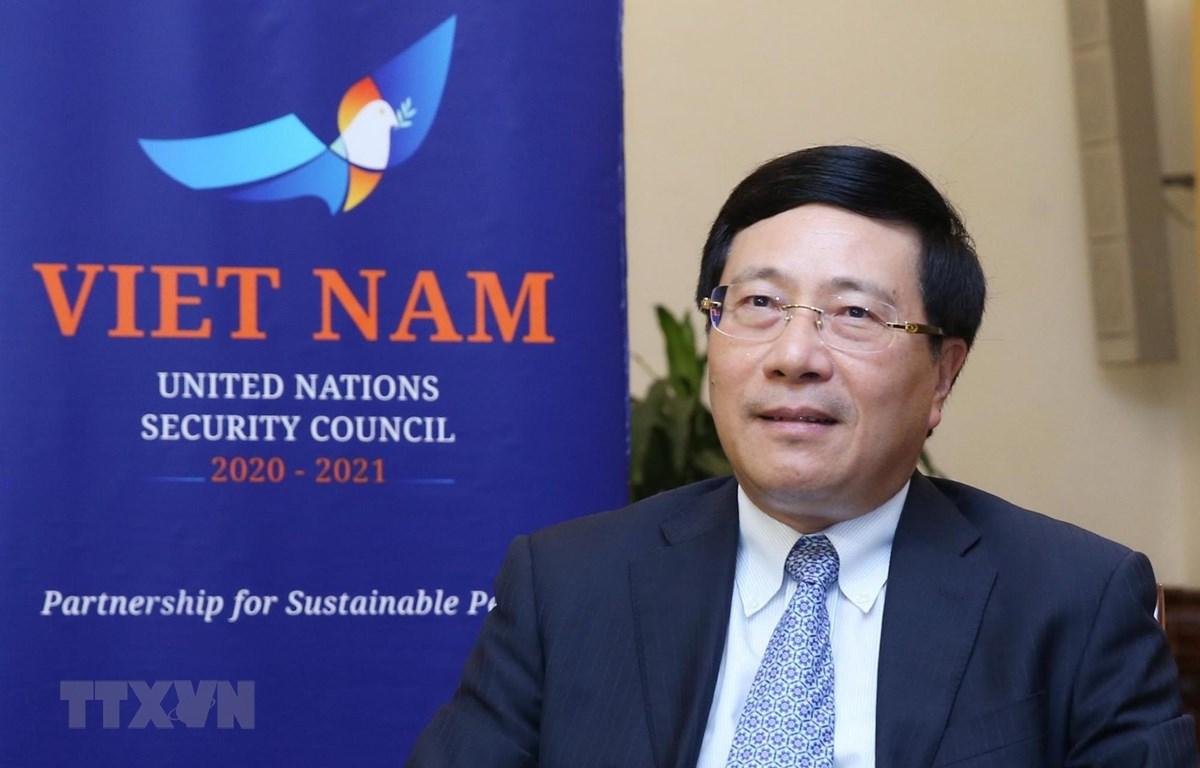 Phó Thủ tướng, Bộ trưởng Bộ Ngoại giao Phạm Bình Minh trả lời phỏng vấn của phóng viên các cơ quan thông tấn, báo chí. (Ảnh: Lâm Khánh/TTXVN)
