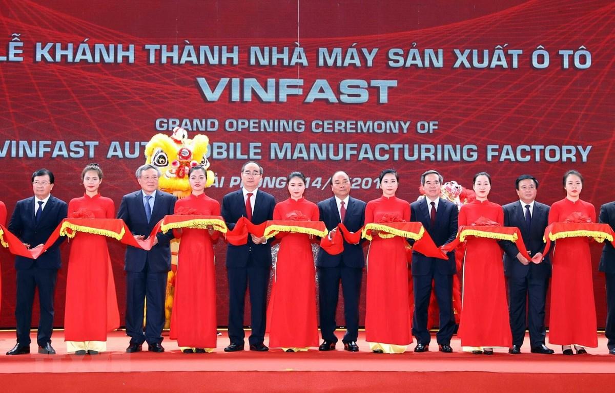 Thủ tướng Nguyễn Xuân Phúc và các đại biểu cắt băng khánh thành. (Ảnh: Thống Nhất/TTXVN)