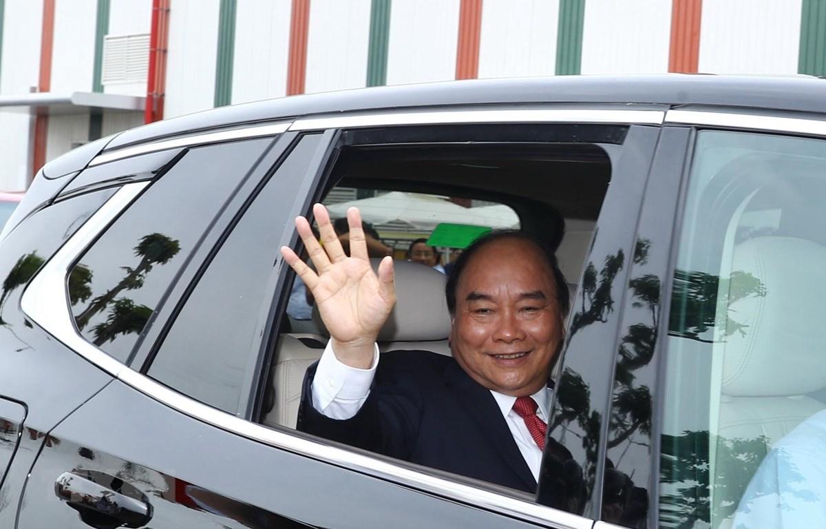 Thủ tướng Nguyễn Xuân Phúc kiểm tra chất lượng vận hành xe Vinfast. (Ảnh: Thống Nhất/TTXVN)