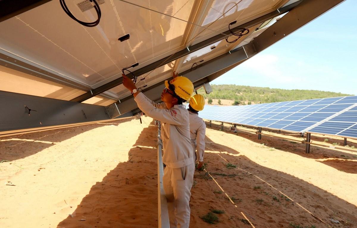 Kiểm tra hệ thống vận hành tấm pin Mặt Trời tại Nhà máy điện mặt trời Hồng Phong 4, xã Hồng Phong, huyện Bắc Bình. (Ảnh: Nguyễn Thanh/TTXVN)