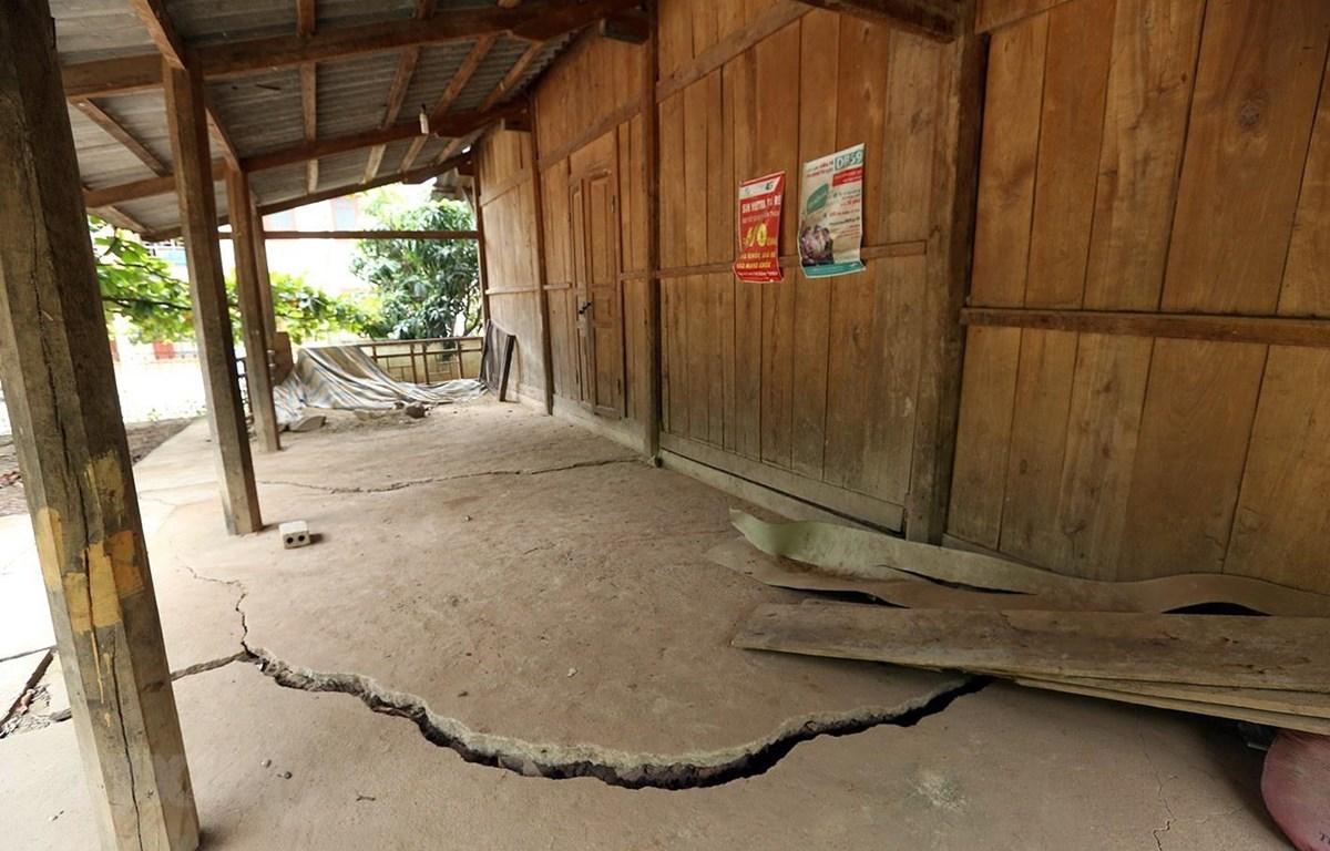 Một ngôi nhà của người dân phải đóng cửa bỏ hoang do nằm trong cung trượt sạt. (Ảnh: Phan Tuấn Anh/TTXVN)