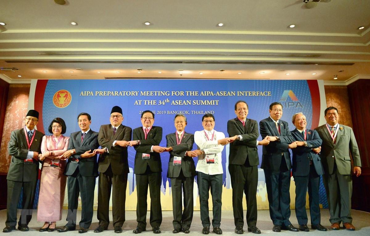 Các trưởng đoàn đại biểu Quốc hội các nước ASEAN chụp ảnh chung. (Ảnh: Ngọc Quang-Hữu Kiên/TTXVN)