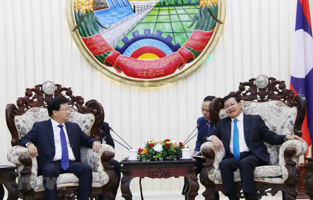 Thủ tướng Chính phủ Lào Thongloun Sisoulith (phải) tiếp Phó Thủ tướng Trịnh Đình Dũng. (Ảnh: Xuân Tú/TTXVN)