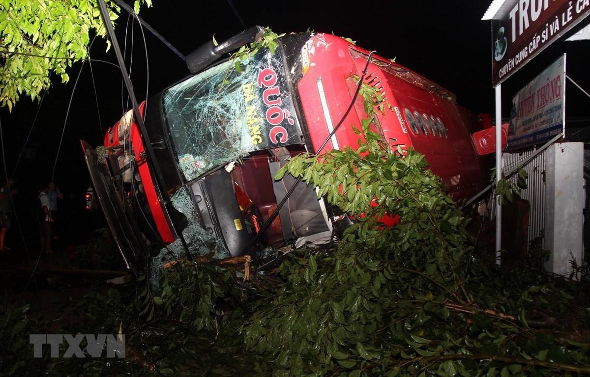 Xe khách giường nằm BKS 43B-030.78 của nhà xe Quốc Đạt bị lật trên Quốc lộ 26. (Ảnh: TTXVN)