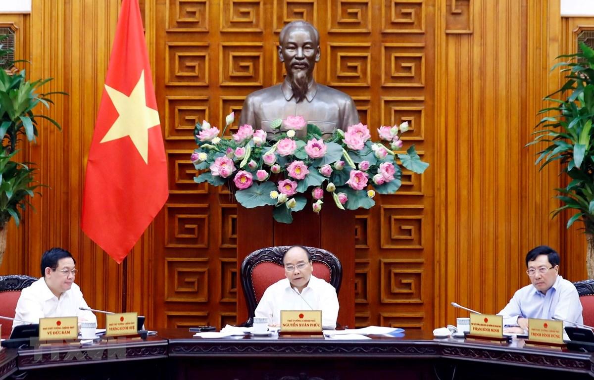 Thủ tướng Nguyễn Xuân Phúc chủ trì Phiên họp Chính phủ về tăng trưởng vùng kinh tế trọng điểm và tác động tới tăng trưởng của cả nước giai đoạn 2011-2017. (Ảnh: Thống Nhất/TTXVN)