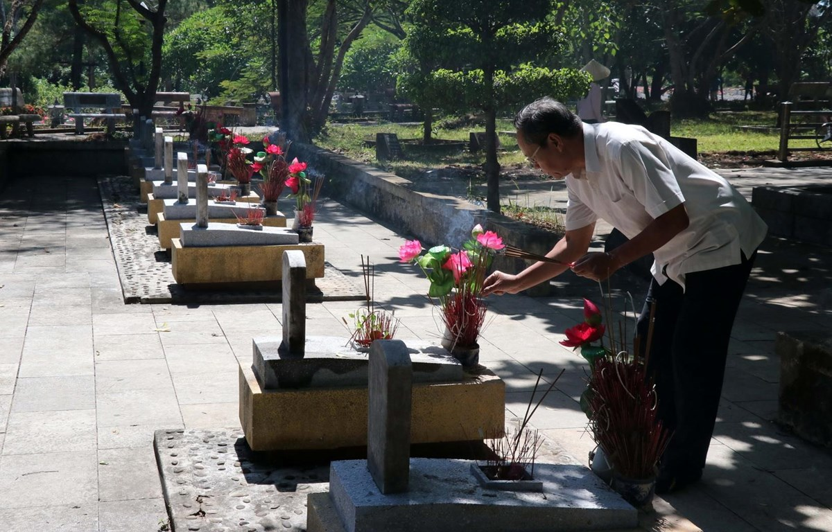 Người dân dâng hương lên các phần mộ tại Nghĩa trang Liệt sỹ Quốc gia Trường Sơn. (Ảnh: Nguyên Lý/TTXVN)