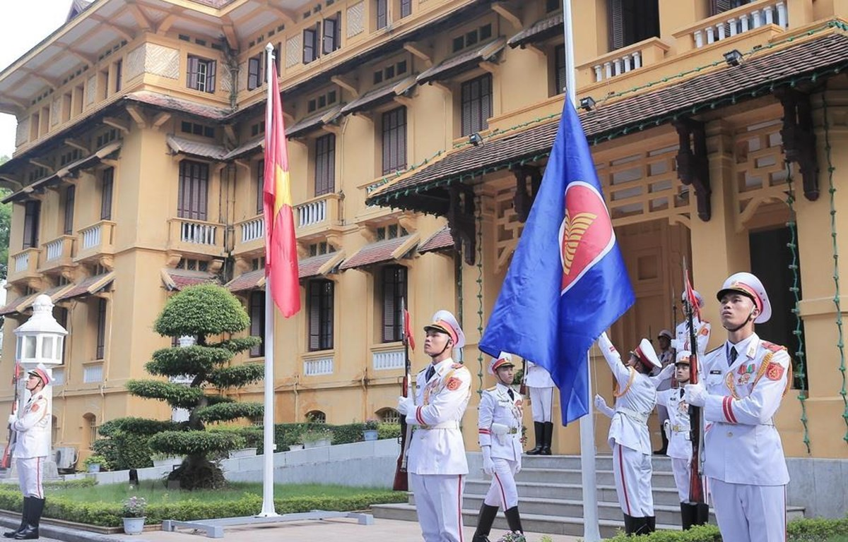 Nghi thức thượng cờ nhân dịp kỷ niệm 52 năm Ngày thành lập Hiệp hội các quốc gia Đông Nam Á (ASEAN). (Ảnh: Lâm Khánh/TTXVN)