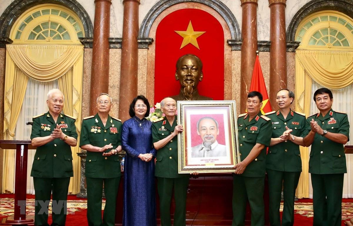 Phó Chủ tịch nước Đặng Thị Ngọc Thịnh tặng bức ảnh chân dung Chủ tịch Hồ Chí Minh cho Ban liên lạc truyền thống Hội Cựu chiến binh Sư đoàn 308. (Ảnh: Dương Giang/TTXVN)