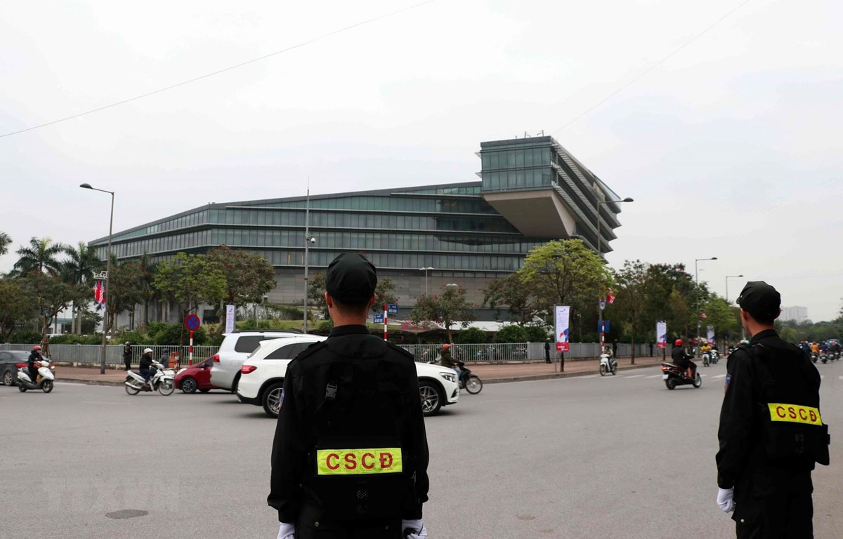 Lực lượng cảnh sát cơ động bảo vệ xung quanh khu vực Khách sạn JW Marriott, nơi ở của Tổng thống Donald Trump và đoàn Hoa Kỳ tham dự Hội nghị Thượng đỉnh Hoa Kỳ-Triều Tiên lần thứ hai (27-28/2/2019). (Ảnh: Văn Điệp/TTXVN)