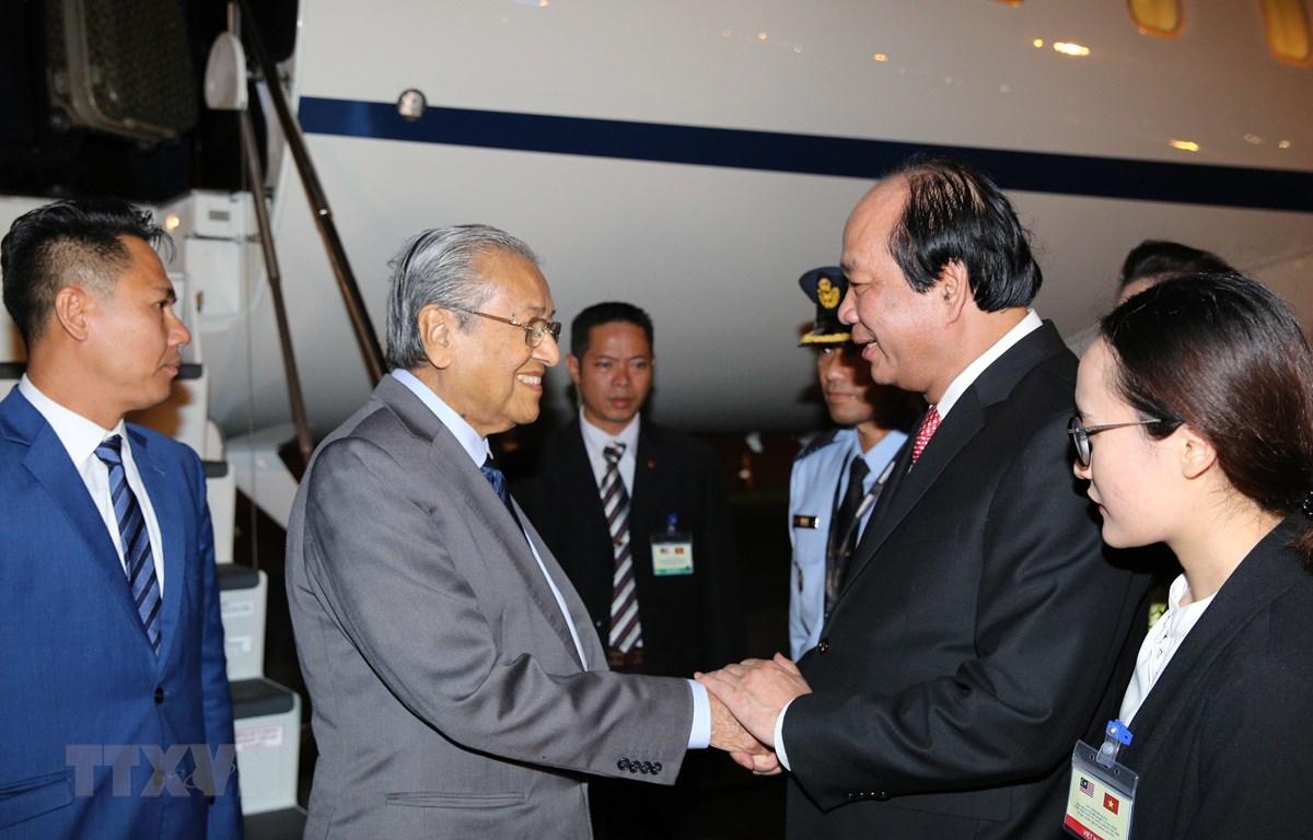 Bộ trưởng, Chủ nhiệm Văn phòng Chính phủ Mai Tiến Dũng đón Thủ tướng Malaysia Mahathir Mohamad. (Ảnh: Dương Giang/TTXVN)