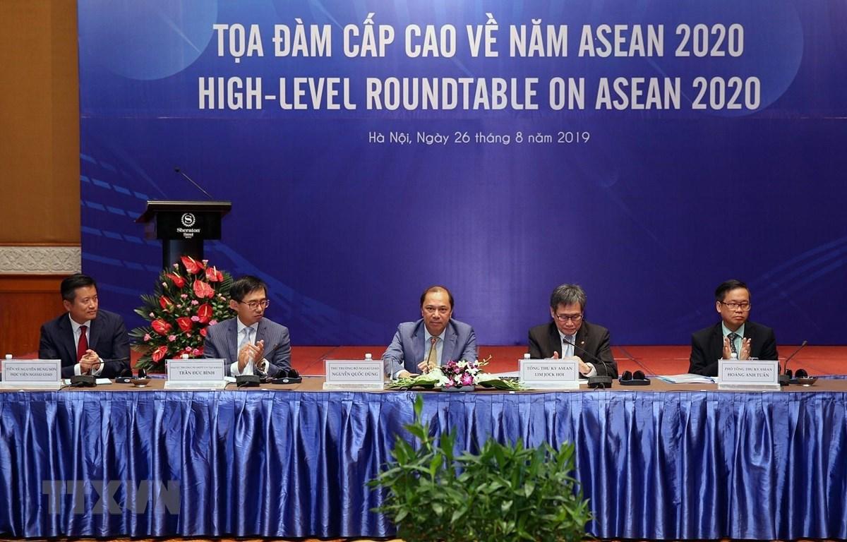 Tổng Thư ký ASEAN Lim Jock Hoi và Thứ trưởng Bộ Ngoại giao Việt Nam Nguyễn Quốc Dũng chủ trì tọa đàm. (Ảnh: Dương Giang/TTXVN)