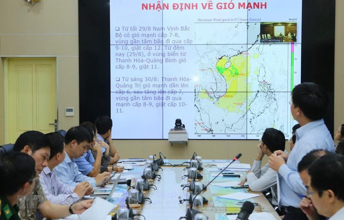 Các chuyên gia báo cáo tình hình cơn bão số 4 (bão Podul). (Ảnh: Thành Đạt/TTXVN)