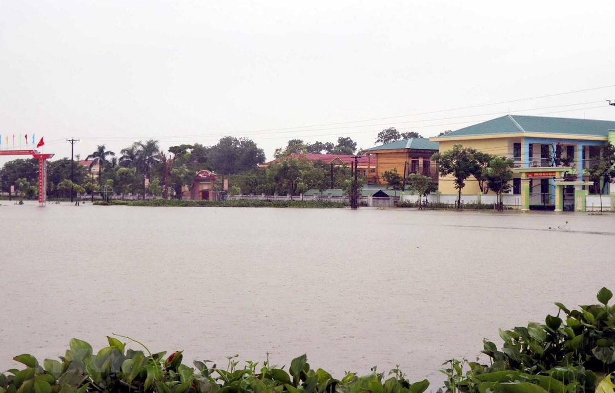 Trường Tiểu học, Mầm non xã Thạch Đài huyện Thạch Hà, tỉnh Hà Tĩnh nước ngập sâu gần 1m. (Ảnh: Công Tường/TTXVN)