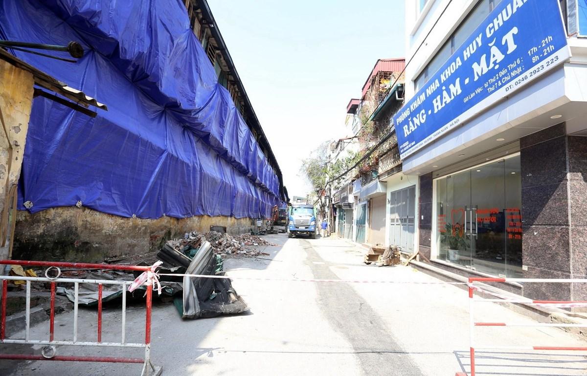 Ngày 5/9, Công ty Rạng Đông bắt đầu thực hiện các biện pháp cô lập, che chắn bằng mái tôn, phủ bạt tại khu vực bị cháy. (Ảnh: Huy Hùng/TTXVN)