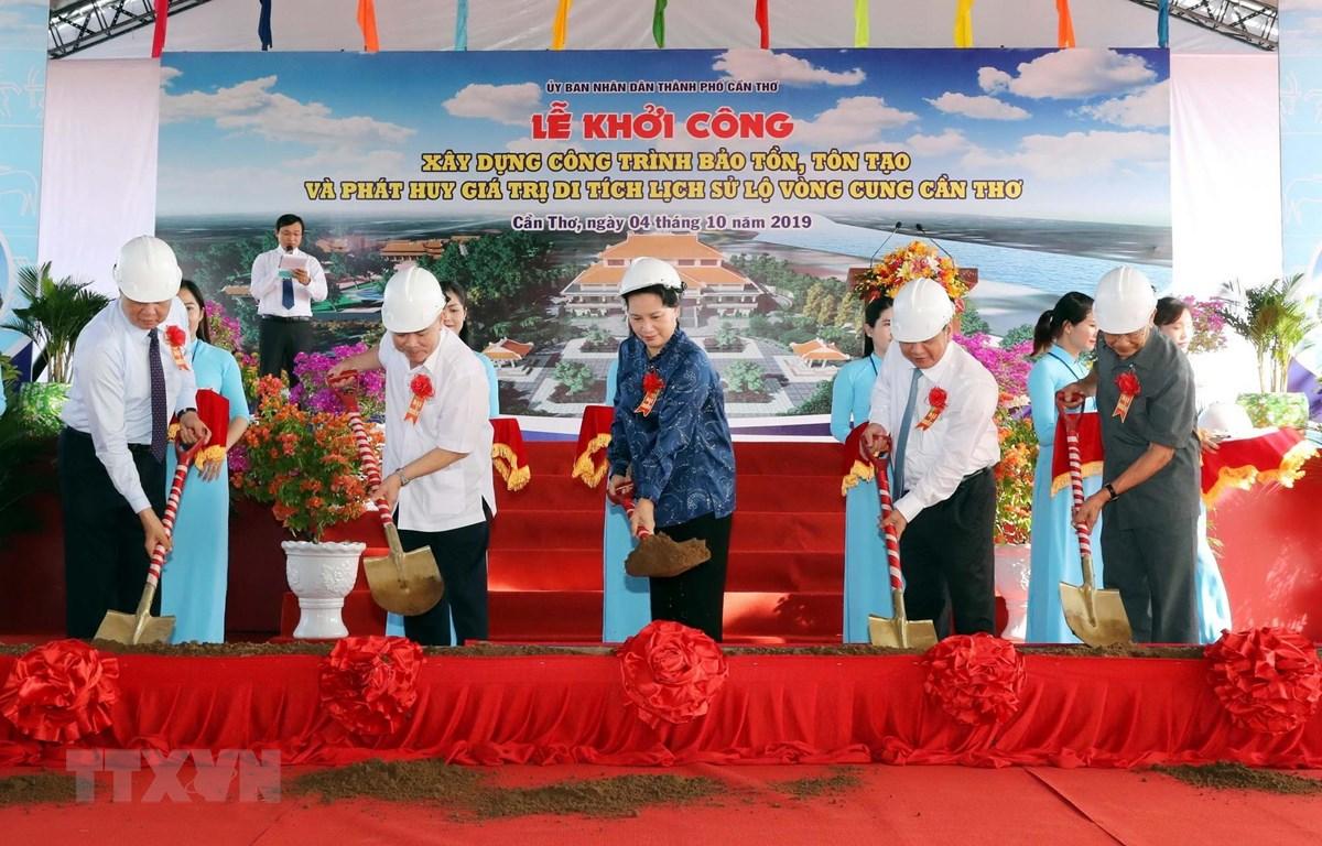Chủ tịch Quốc hội Nguyễn Thị Kim Ngân dự lễ khởi công xây dựng công trình bảo tồn, tôn tạo và phát huy giá trị Di tích lịch sử Lộ Vòng Cung Cần Thơ. (Ảnh: Trọng Đức/TTXVN)