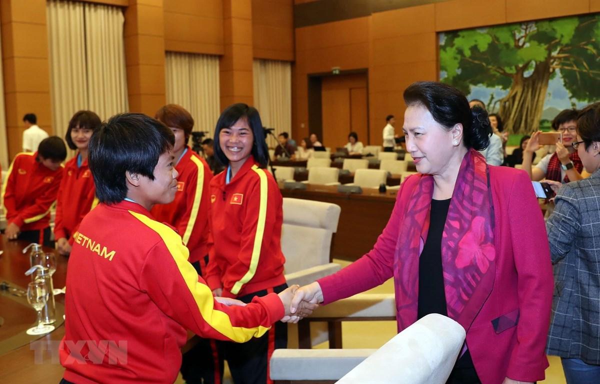 Chủ tịch Quốc hội Nguyễn Thị Kim Ngân với các cầu thủ đội tuyển bóng đá nữ Việt Nam. (Ảnh: Trọng Đức/TTXVN)