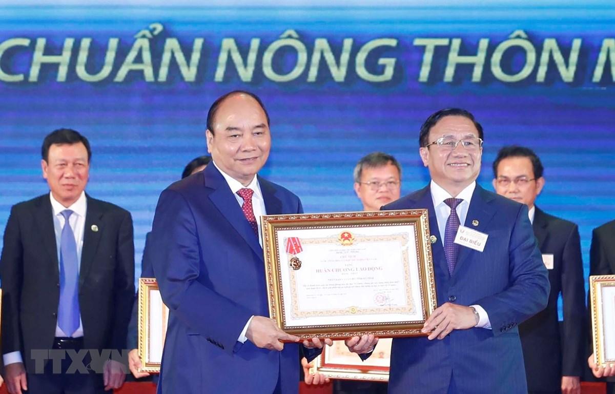 Thủ tướng Nguyễn Xuân Phúc trao tặng Huân chương Lao động hạng Nhất cho tỉnh Hà Tĩnh. (Ảnh: Thống Nhất/TTXVN)