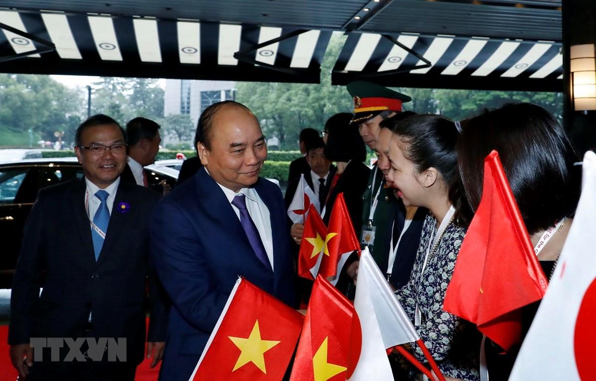 Cán bộ, nhân viên Đại sứ quán Việt Nam tại Nhật Bản đón Thủ tướng Nguyễn Xuân Phúc tại sân bay quốc tế Narita, Tokyo. (Ảnh: Thống Nhất/TTXVN)