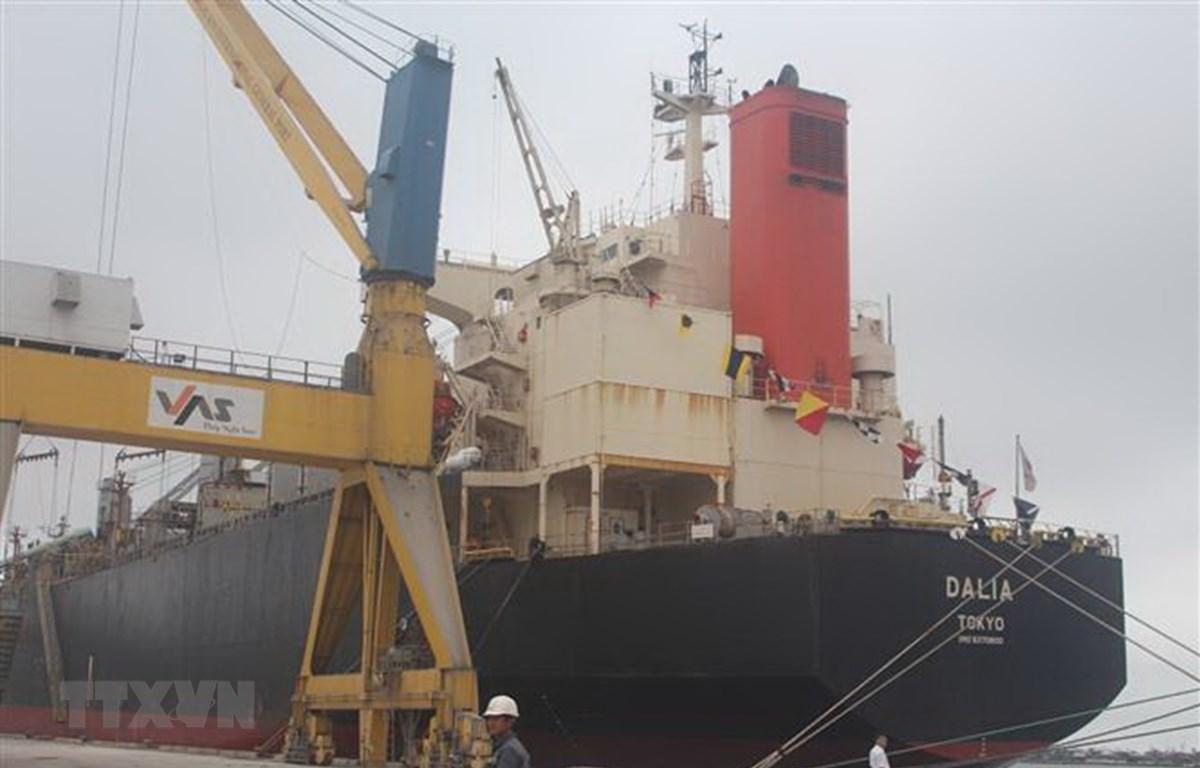 Tàu Container quốc tế đầu tiên cập cảng Nghi Sơn. (Ảnh: Khiếu Tư/TTXVN)