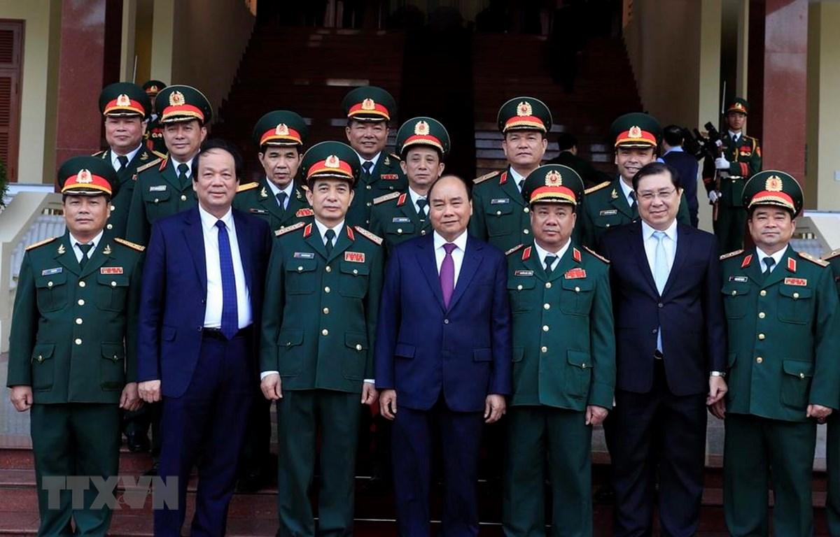 Thủ tướng Nguyễn Xuân Phúc với các cán bộ, sỹ quan chỉ huy Bộ Tư lệnh Quân khu V. (Ảnh: Thống Nhất/TTXVN)