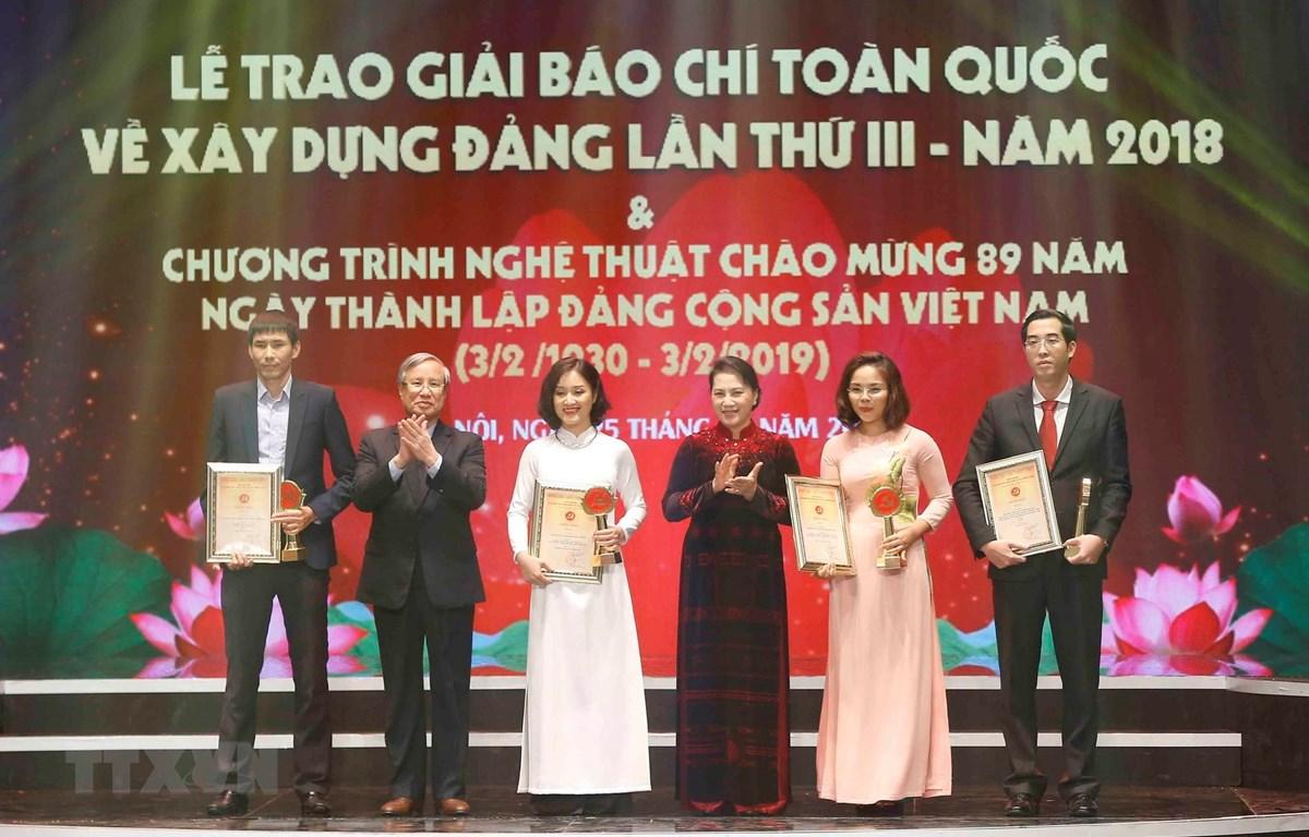 Chủ tịch Quốc hội Nguyễn Thị Kim Ngân và ông Trần Quốc Vượng, Ủy viên Bộ Chính trị, Thường trực Ban Bí thư trao giải A cho tác giả và nhóm tác giả đoạt giải Búa liềm Vàng 2018. (Ảnh: Doãn Tấn/TTXVN)