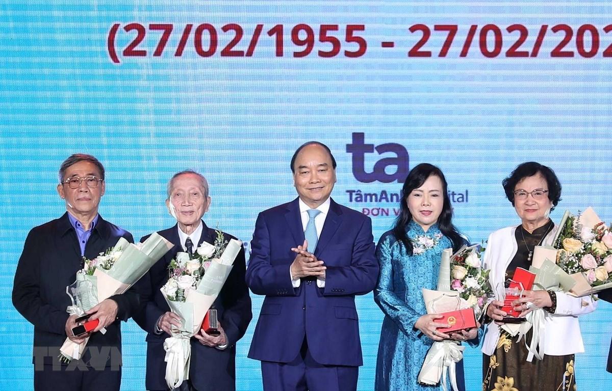 Thủ tướng Nguyễn Xuân Phúc tặng và truy tặng Kỷ niệm chương cho các tri thức có đóng góp lớn cho nền y học Việt Nam. (Ảnh: Thống Nhất/TTXVN)