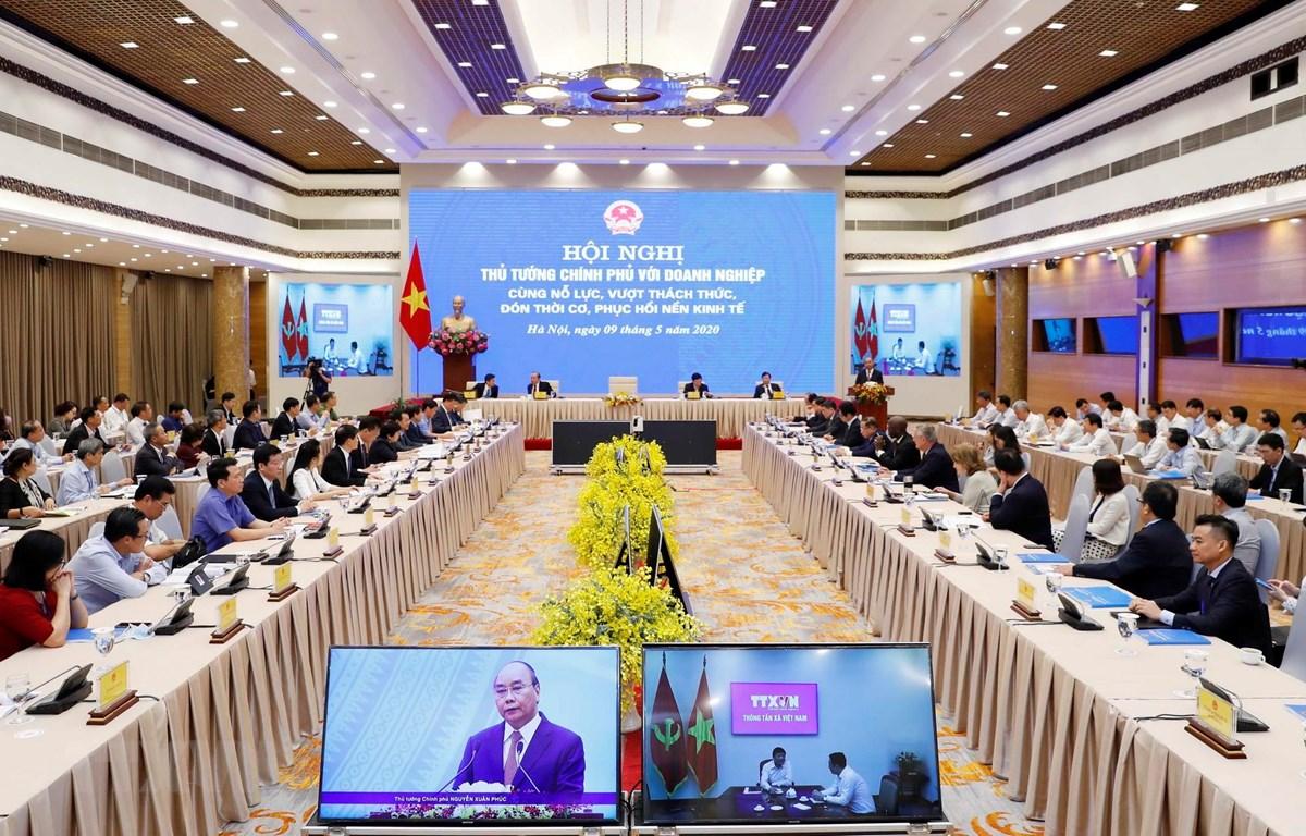Thủ tướng Nguyễn Xuân Phúc chủ trì Hội nghị trực tuyến Thủ tướng Chính phủ với doanh nghiệp. (Ảnh: Thống Nhất/TTXVN)