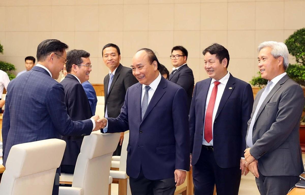 Thủ tướng Nguyễn Xuân Phúc với lãnh đạo các doanh nghiệp tiêu biểu. (Ảnh: Thống Nhất/TTXVN)