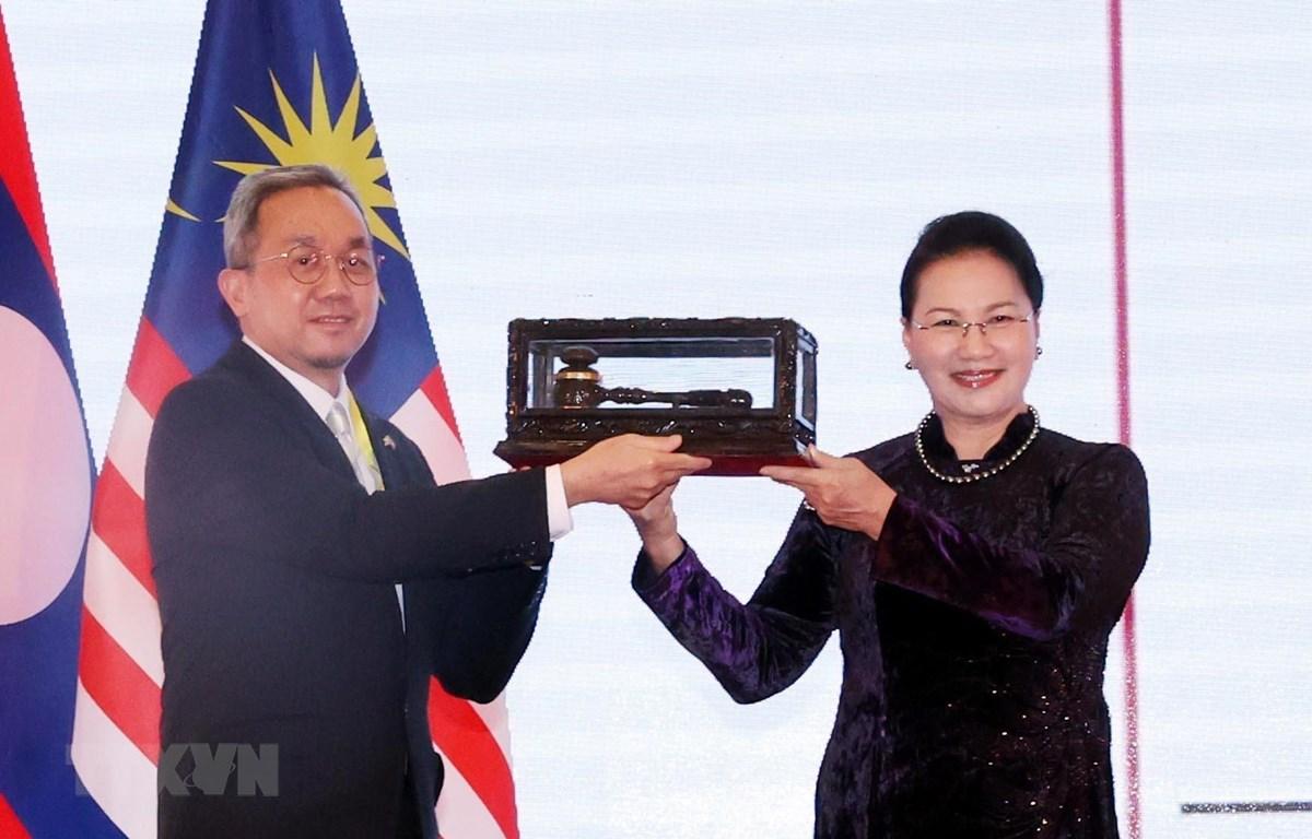 Chủ tịch Quốc hội Nguyễn Thị Kim Ngân trao búa tại chuyển giao chức Chủ tịch AIPA 2021 cho Brunei, nước chủ nhà của AIPA 42 tại Lễ bế mạc. (Ảnh: Trọng Đức/TTXVN)