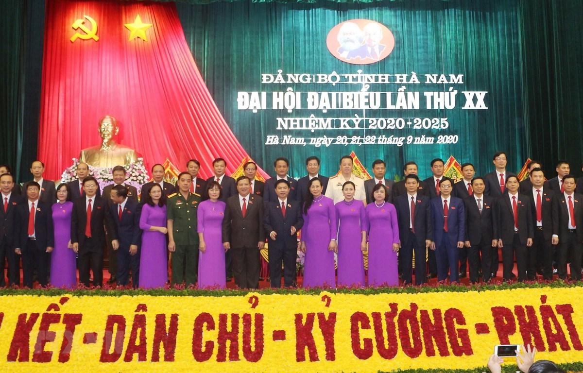Ban chấp hành Đảng bộ tỉnh Hà Nam khóa XX ra mắt Đại hội. (Ảnh: Nguyễn Chinh/TTXVN)