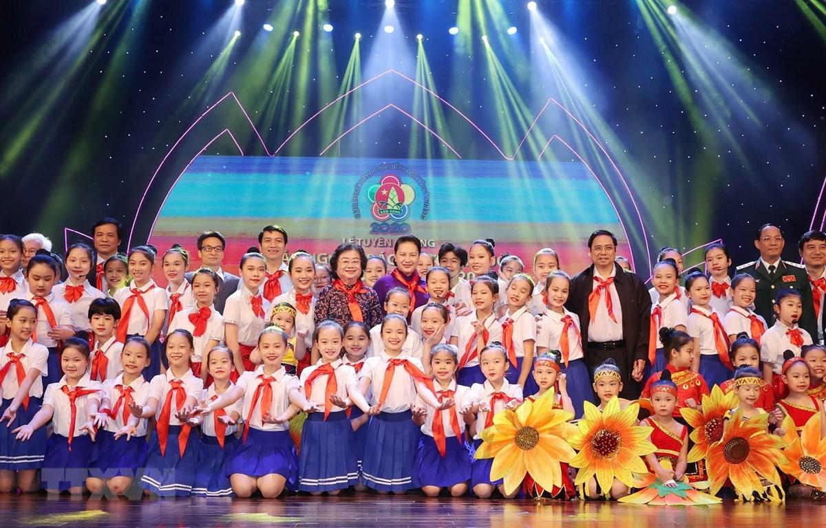 Chủ tịch Quốc hội Nguyễn Thị Kim Ngân với các đại biểu cháu ngoan Bác Hồ tại Đại hội. (Ảnh: Trọng Đức/TTXVN)