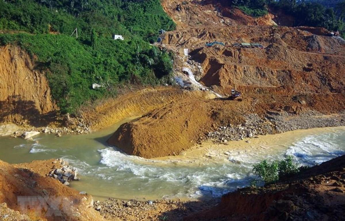 Lực lượng cứu hộ sẽ đào một con kênh nhỏ ngay bên cạnh suối Rào Trăng để thực hiện phương án tìm kiếm các nạn nhân bên dưới lòng suối. (Ảnh: TTXVN phát)