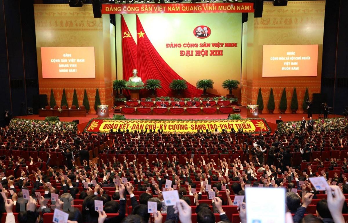 Các đại biểu biểu quyết thông qua Chương trình phiên họp trù bị. (Ảnh: TTXVN)