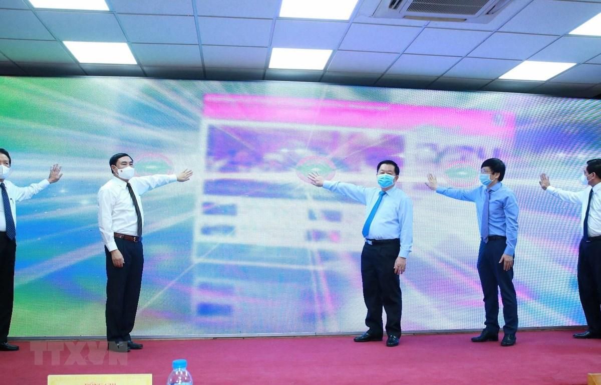 Ông Nguyễn Trọng Nghĩa, Bí thư Trung ương Đảng, Trưởng Ban Tuyên giáo Trung ương cùng các đại biểu thực hiện nghi thức khai trương giao diện mới và ra mắt ứng dụng trên thiết bị di động của Báo điện tử Đảng Cộng sản Việt Nam. (Ảnh: Phương Hoa/TTXVN)