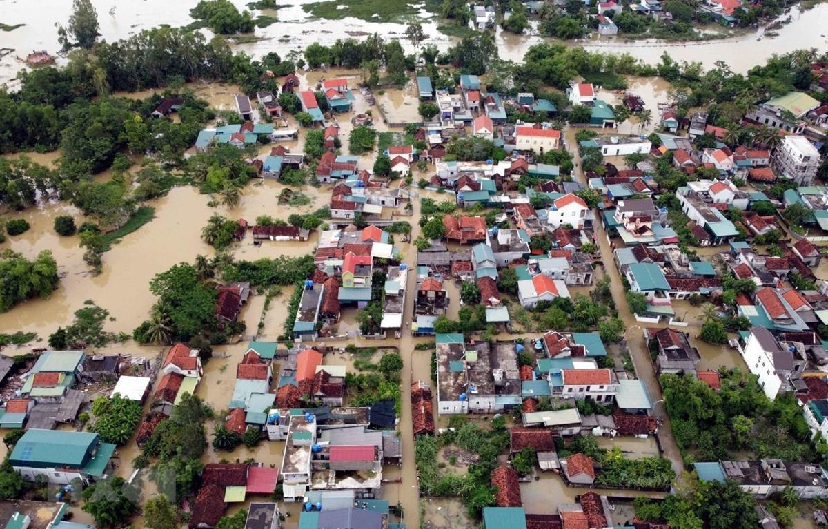 Ngày 27/9, mưa đã tạnh song nước rút chậm khiến hàng trăm hộ dân tại xã Quỳnh Lâm, huyện Quỳnh Lưu (Nghệ An) vẫn ngập sâu trong nước. (Ảnh: Tá Chuyên/TTXVN)