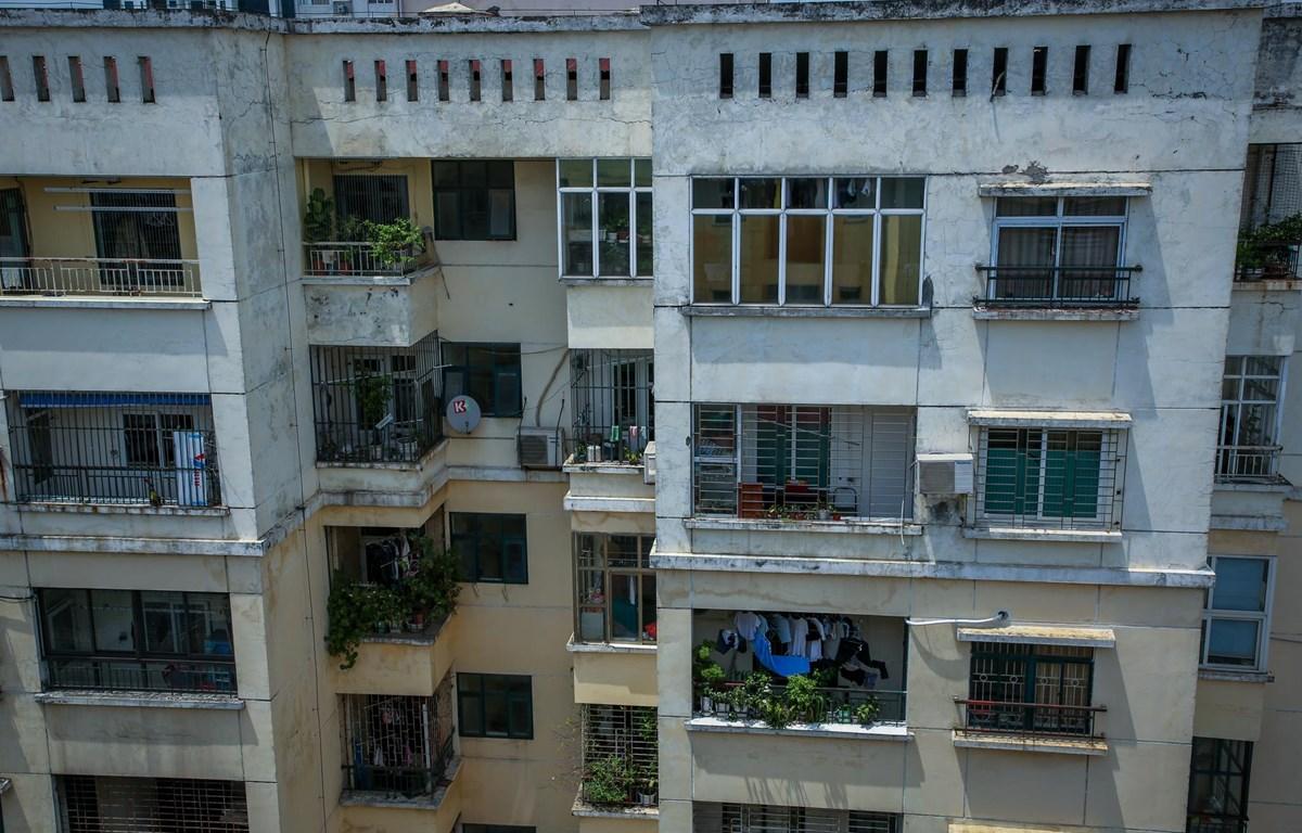 Dãy nhà chung cư A1 54 Hạ Đình chỉ còn lác đác vài hộ bám trụ lại. (Ảnh: Minh Sơn/Vietnam+)